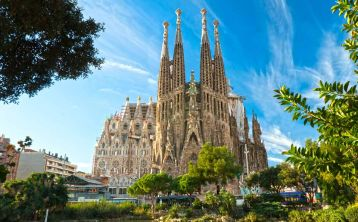 Skip the line: Sagrada Familia guided tour with entrance to towers