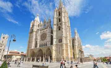 León Walking Tour: Cathedral, Gaudí Museum and City Center